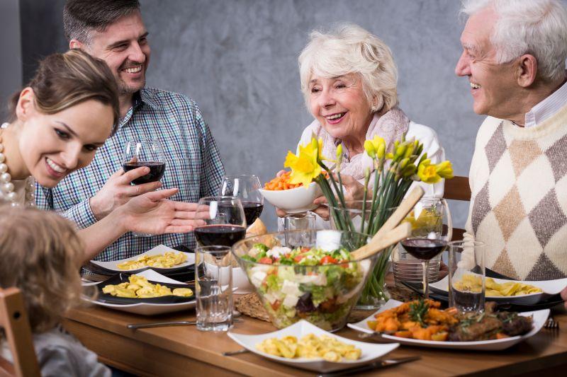 Die-Familie-versammelte-sich-am-Esstisch-zum-Geburtstag-der-Grosmutter