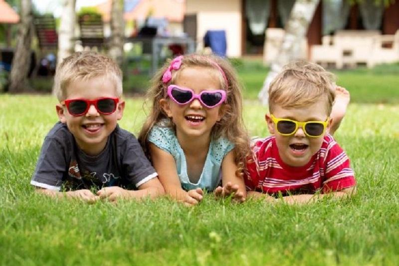 Drei-frohliche-Kinder-spielen-zusammen