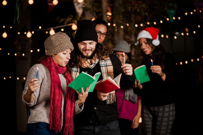 Freunde-Weihnachtslieder-singen