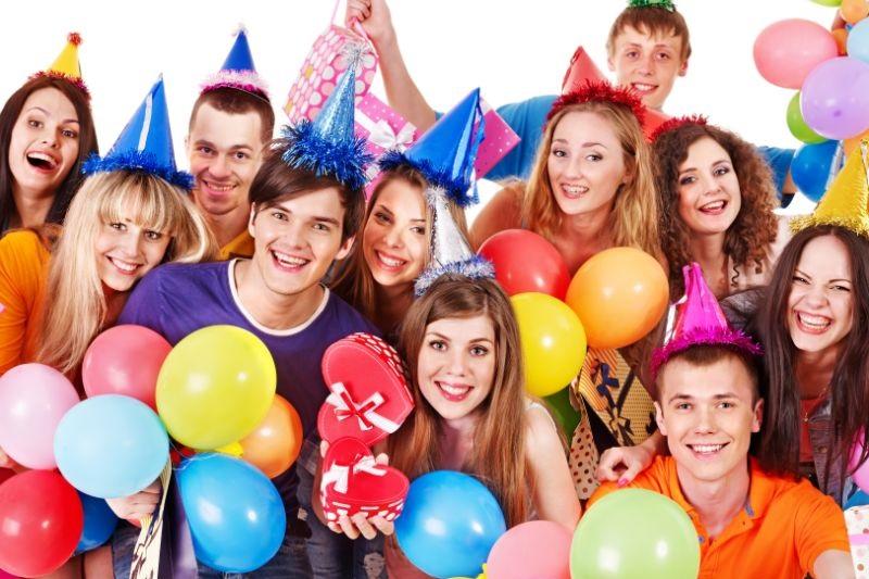 Gruppe-im-Partyhut.-Teenager-Geburtstagsfeier.