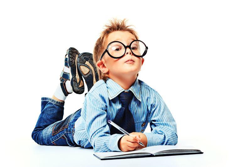 Junge-in-Brille-und-Anzug-auf-dem-Boden-liegend