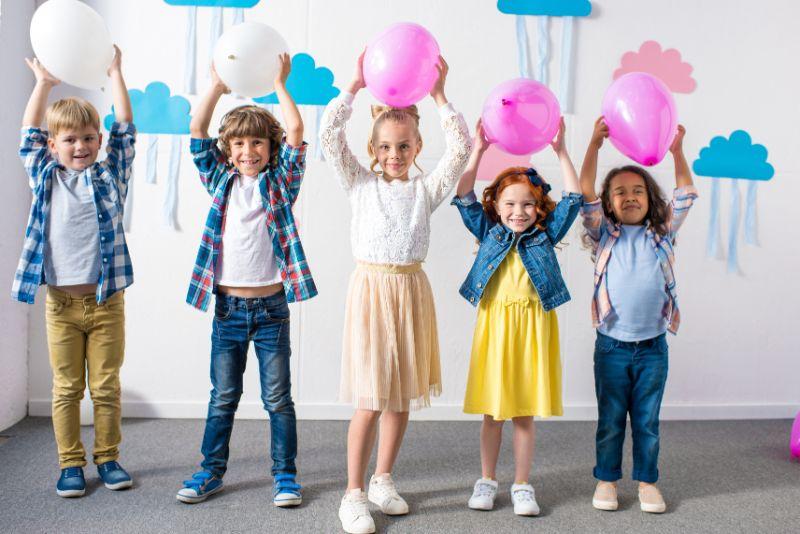 Kinder-mit-Luftballons-im-Kindergarten