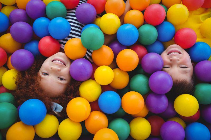Nette-lachelnde-Kinder-im-Schwammballpool