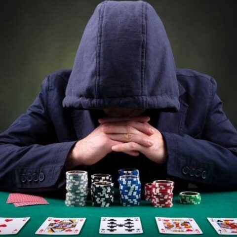Pokerspieler auf schwarzem Hintergrund