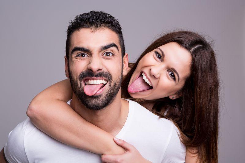 Portrat-eines-lustigen-Paares