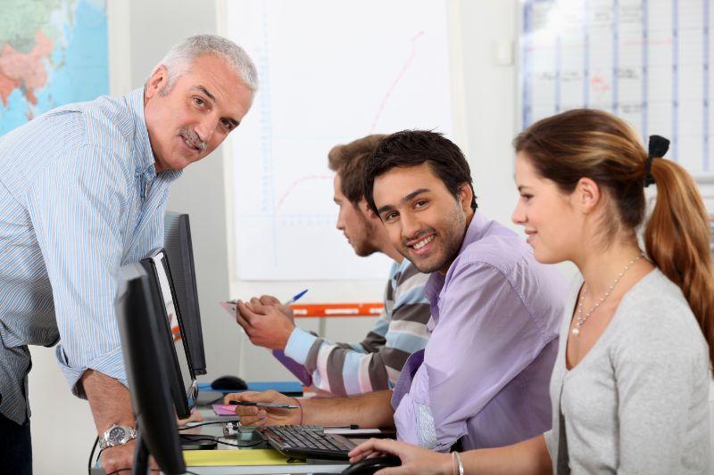 Studenten-die-an-Computern-arbeiten