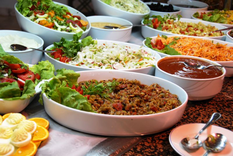 Verschiedene-Speisen-am-Buffet