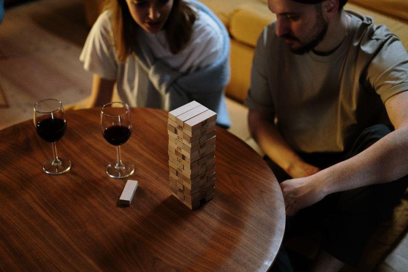 Zwei-Leute-spielen-und-schauen-auf-den-Jenga-Turm