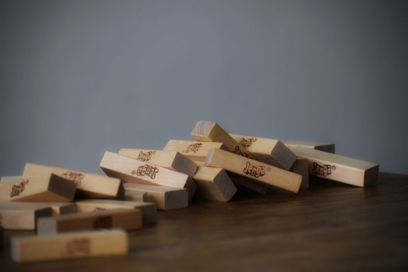jenga-blocke-auf-dem-tisch