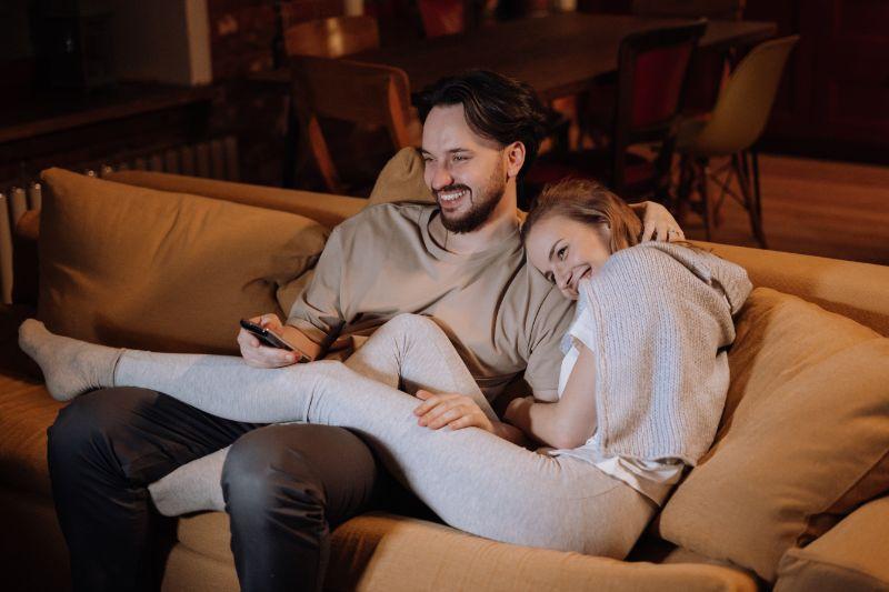liebes-Paar-schaut-sich-einen-Film-an-Silvester