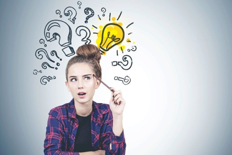 Denken-jugendlich-Madchen-Fragezeichen-und-Gluhbirne