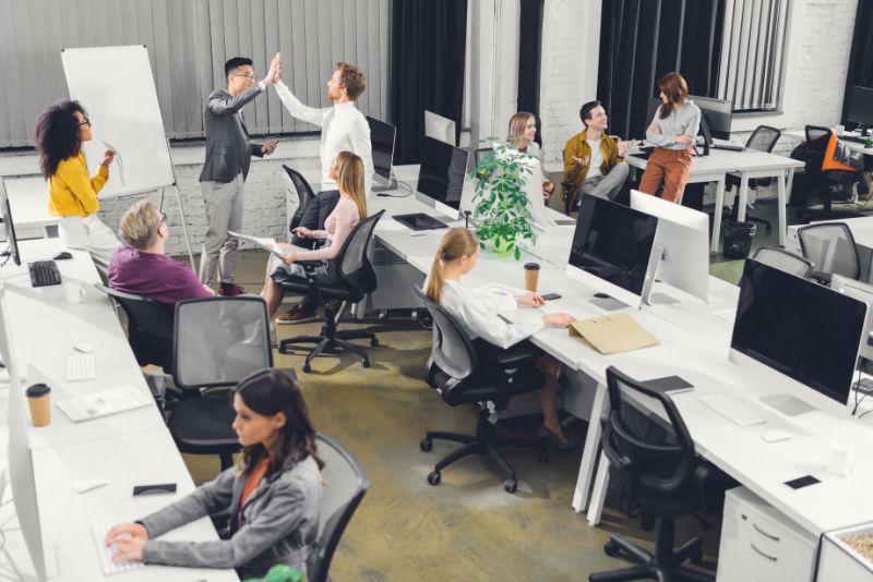 Geschäftsleute, die im Freiraumbüro zusammenarbeiten