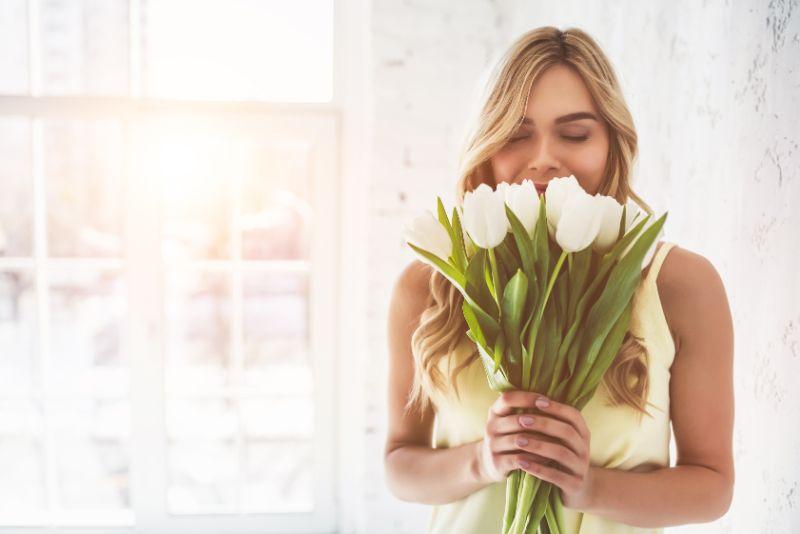 Junge-Frau-mit-Tulpen