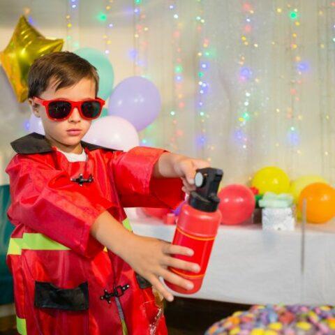 Junge, der vorgibt, Feuerwehrmann zu sein