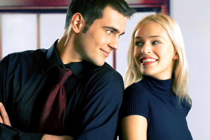 Junges-attraktives-lachelndes-Paar-oder-Geschaftsleute