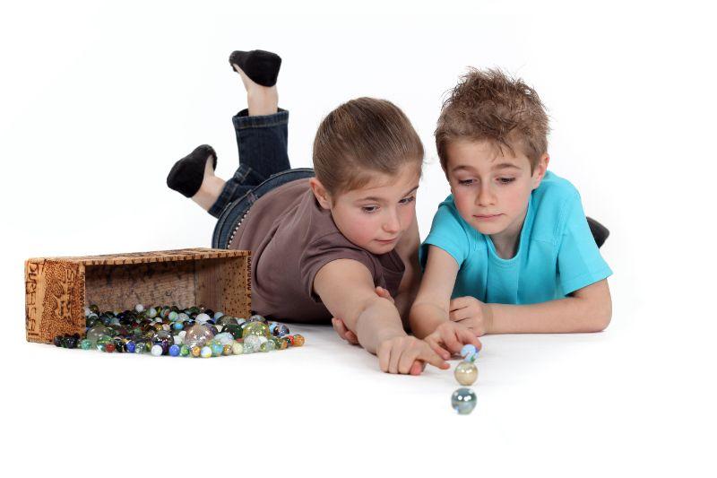 Kinder-die-mit-Murmeln-spielen
