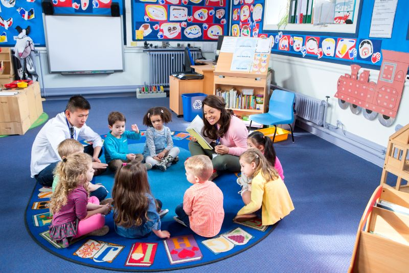 Kinder-sitzen-im-Kreis-und-erzahlen-Geschichten-und-spielen-Bello
