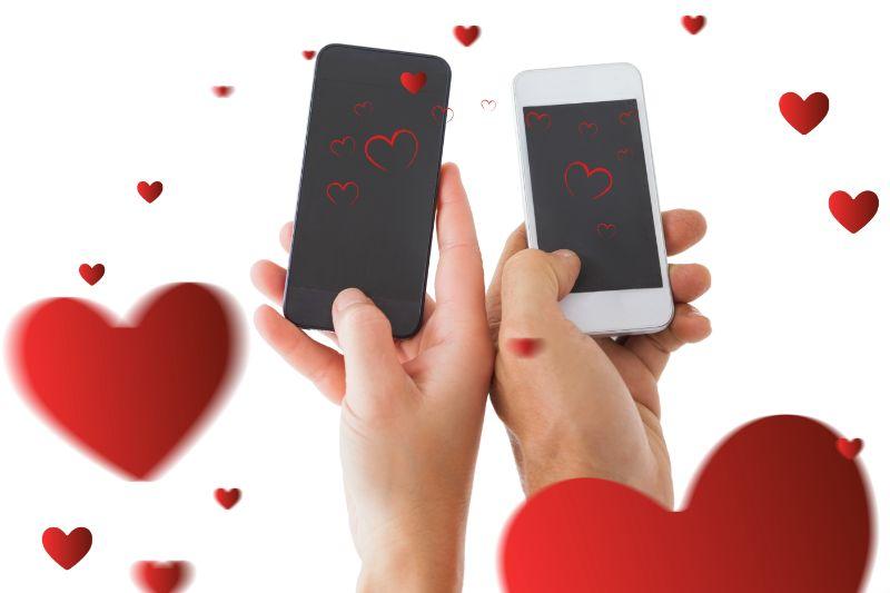 Paar-Hande-mit-Handy-Herzen-schweben-herum