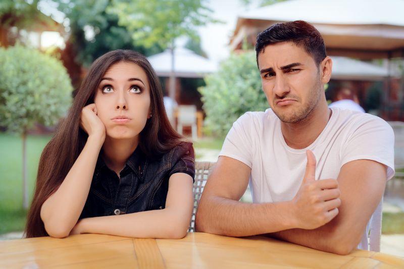 Frau-und-Mann-an-einem-langweiligen-schlechten-Date-im-Restaurant