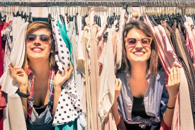 Junge-schone-Frauen-auf-dem-wochentlichen-Stoffmarkt