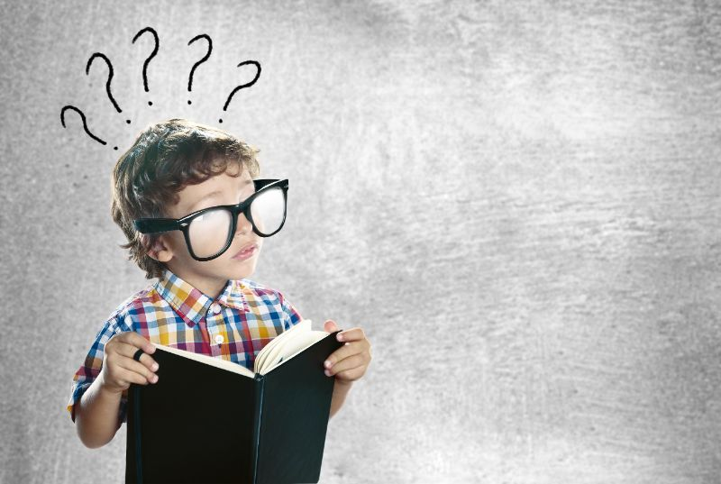 Kind-mit-einem-Buch-das-nach-Antworten-sucht