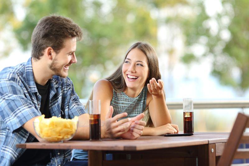 Madchen-das-mit-ihrem-Freund-auf-einer-Terrasse-spricht