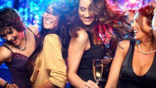 Mädelsabend Mädchen feiern in einer Disco