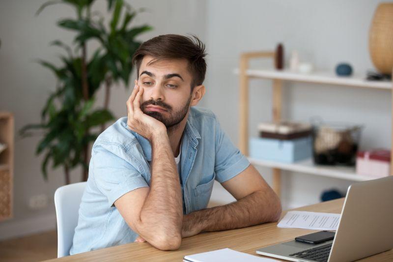 Mude-Arbeiter-die-Zeit-am-Arbeitsplatz-verschwenden-werden-von-langweiligen-Jobs-abgelenkt
