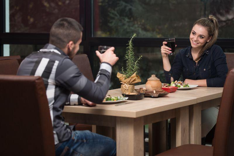 Romantisches-junges-Paar-am-Restaurant-Tisch-Toas
