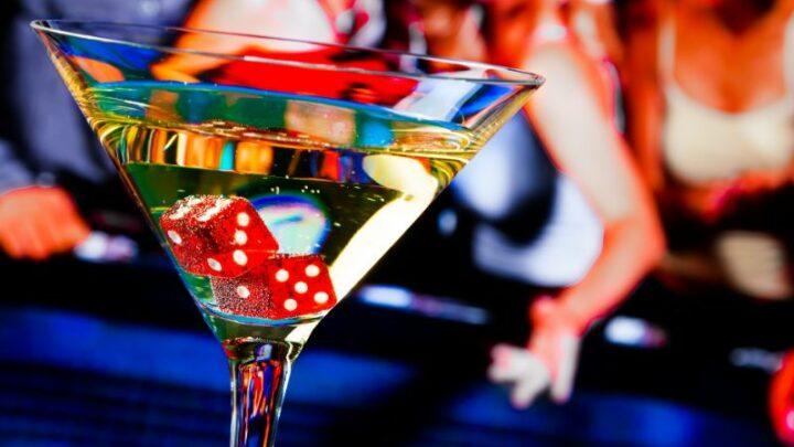 Rote Würfel im Cocktailglas vor dem Glücksspiel
