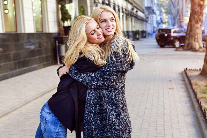 Zwei-hubsche-blonde-Madchen-umarmen-sich
