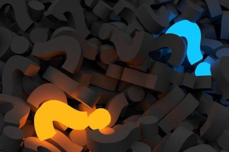 zwei-Fragezeichen-leuchten-im-Dunkeln