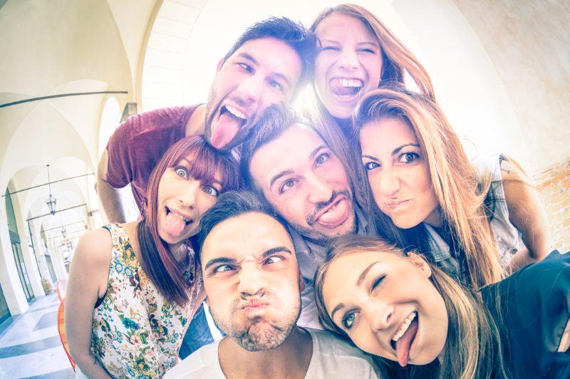 Beste-Freunde-die-Selfie-im-Freien-mit-Hintergrundbeleuchtung-nehmen