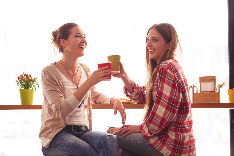 Beste-Freundinen-Damen-im-Cafe