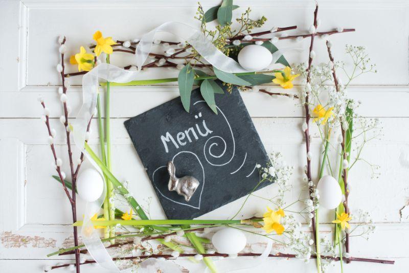 Blumendekoration-mit-Schiefer-auf-weisem-Weinlesehintergrund