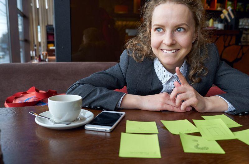Brainstorming. denkende Frau fand eine Lösung.