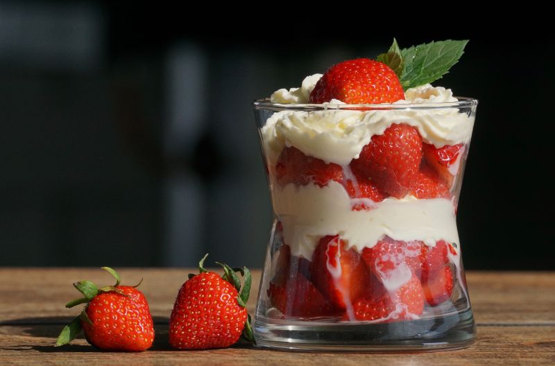 Dessert-in-Glas-mit-Erdberen