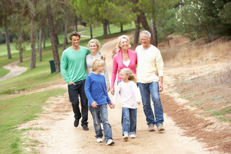 Drei-Generationen-Familie-geniest-Spaziergang-im-Park