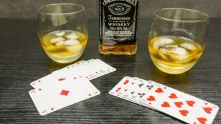 Eine Partie Poker und ein Glas Whisky (Jack Daniels) mit Eis.