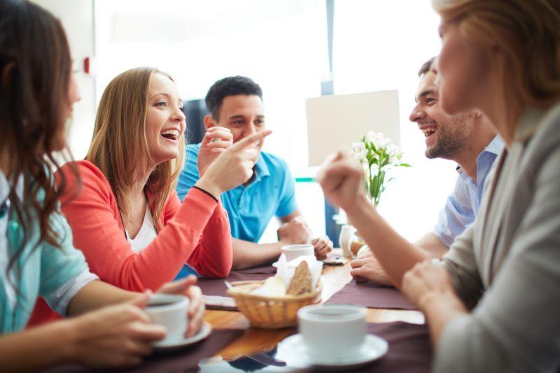 Freunde-unterhalten-sich-im-Cafe