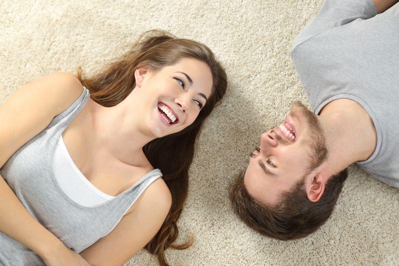 Gluckliches-Paar-liegend-und-lachend