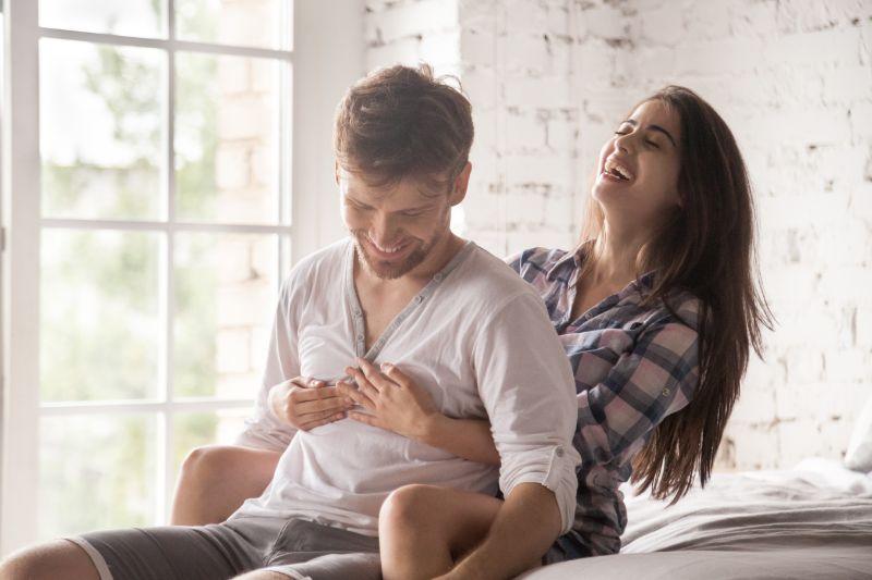 Gluckliches-junges-Paar-verliebt-zu-Hause