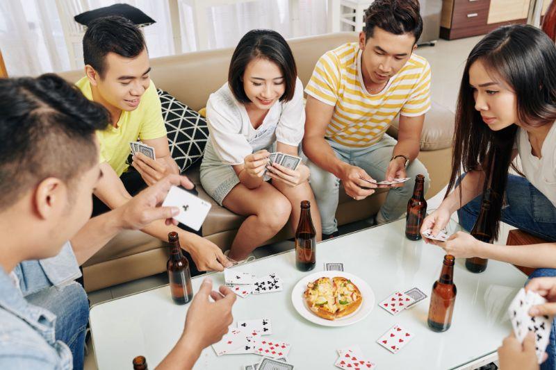 Gruppe-frohlicher-Freunde-die-Bier-trinken-und-essen