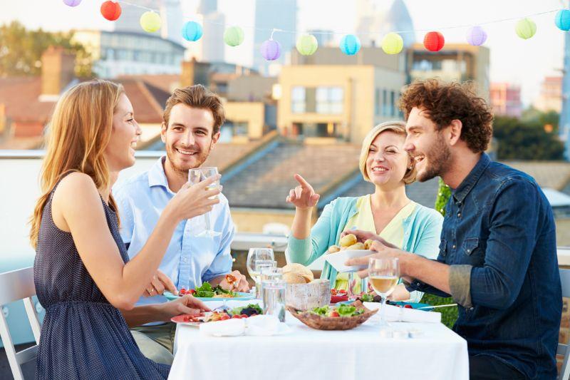 Gruppe-von-Freunden-die-Mahlzeit-essen