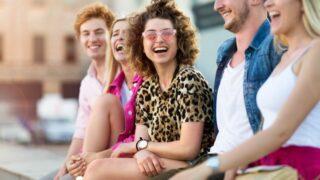 Gruppe von Freunden, die Spaß im Freien haben