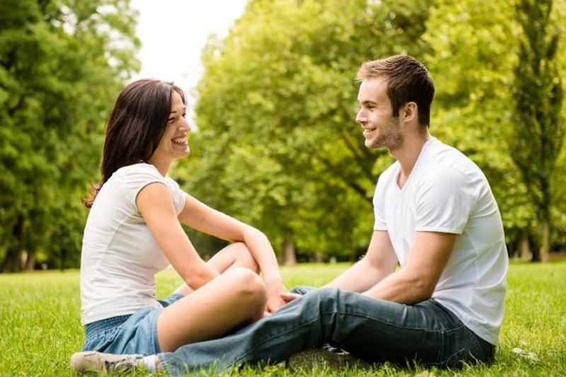 Junges Paar, das draußen spricht