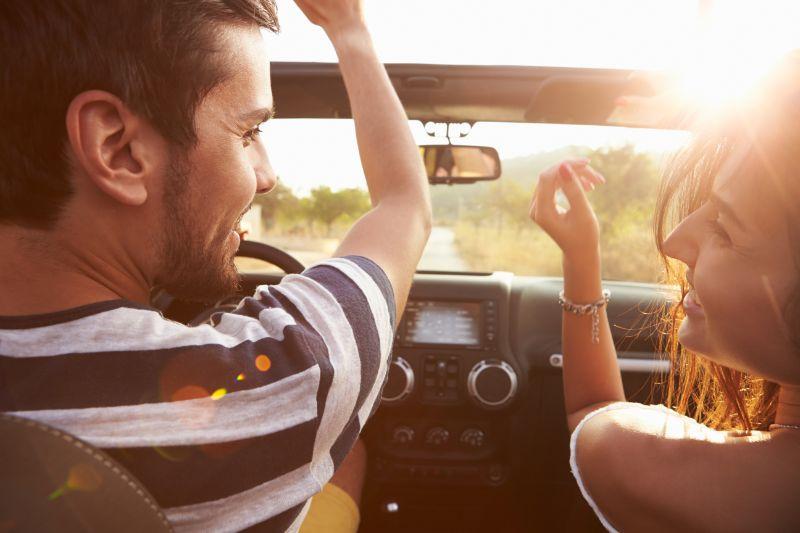 Junges-Paar-im-Auto-entlang-fahrend