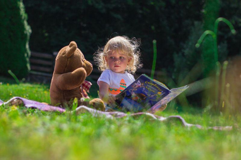 Kind-spricht-mit-einem-Teddybar