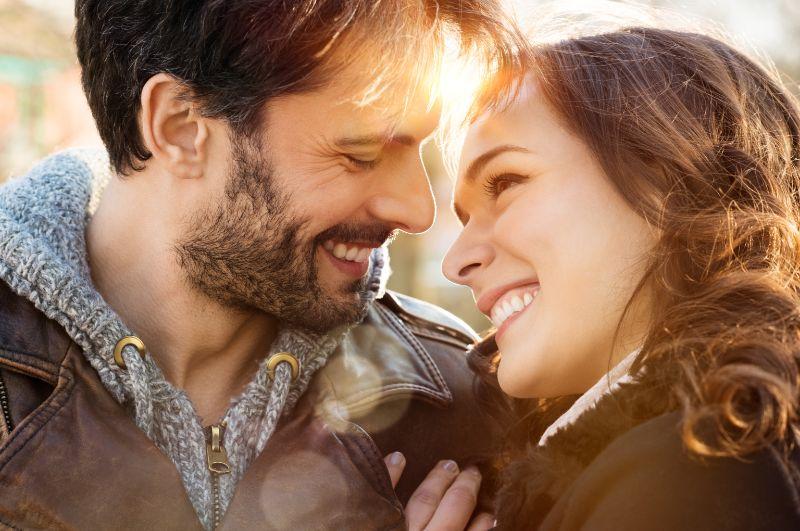 Liebendes-Paar-im-Freien-lachelnd