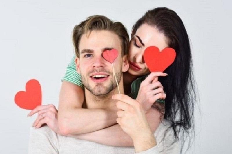 Paar-das-Spas-hat-und-Fotos-mit-Herzformen-macht